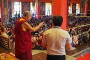 Его Святейшество Далай-лама обращается к паломникам из стран Азии по окончании учений в монастыре Ташилунпо. Билакуппе, штат Карнатака, Индия. 28 декабря 2015 г. Фото: Тензин Чойджор (офис ЕСДЛ)