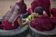 Маленькие монахи на учениях Его Святейшества Далай-ламы в монастыре Ташилунпо. Билакуппе, штат Карнатака, Индия. 28 декабря 2015 г. Фото: Тензин Чойджор (офис ЕСДЛ)