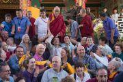 Его Святейшество Далай-лама фотографируется с группой паломников из Италии по окончании учений в монастыре Ташилунпо. Билакуппе, штат Карнатака, Индия. 28 декабря 2015 г. Фото: Тензин Чойджор (офис ЕСДЛ)