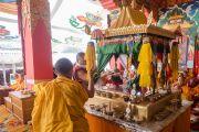 """Дворец мандалы за троном Его Святейшества Далай-ламы во второй день посвящения """"16 капель линии кадам"""" в монастыре Ташилунпо. Билакуппе, штат Карнатака, Индия. 31 декабря 2015 г. Фото: Тензин Чойджор (офис ЕСДЛ)"""