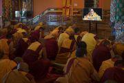 """Участники учений смотрят телевизионную трансляцию посвящения """"16 капель линии кадам"""" в монастыре Ташилунпо. Билакуппе, штат Карнатака, Индия. 30 декабря 2015 г. Фото: Тензин Чойджор (офис ЕСДЛ)"""