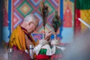 """Его Святейшество Далай-лама выполняет подготовительные ритуалы перед первым днем посвящения """"16 капель линии кадам"""" в монастыре Ташилунпо. Билакуппе, штат Карнатака, Индия. 30 декабря 2015 г. Фото: Тензин Чойджор (офис ЕСДЛ)"""