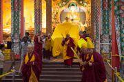 """Его Святейшество Далай-лама проходит по молитвенному залу перед вторым днем посвящения """"16 капель линии кадам"""" в монастыре Ташилунпо. Билакуппе, штат Карнатака, Индия. 31 декабря 2015 г. Фото: Тензин Чойджор (офис ЕСДЛ)"""