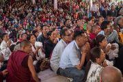 Тибетцы слушают Его Святейшество Далай-ламу накануне его отъезда из монастыря Ташилунпо. Билакуппе, штат Карнатака, Индия. 1 января 2016 г. Фото: Тензин Чойджор (офис ЕСДЛ)