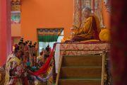 Монахи в ритуальных одеяниях совершают подношения Его Святейшеству Далай-ламе во время молебна о его долголетии. Билакуппе, штат Карнатака, Индия. 1 января 2016 г. Фото: Тензин Чойджор (офис ЕСДЛ)
