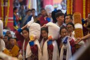 Тибетцы совершают ритуальные подношения во время молебна о долголетии Его Святейшества Далай-ламы. Билакуппе, штат Карнатака, Индия. 1 января 2016 г. Фото: Тензин Чойджор (офис ЕСДЛ)