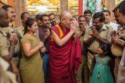 Его Святейшество Далай-лама благодарит местных полицейских, обеспечивавших безопасность во время его визита в монастырь Ташилунпо. Билакуппе, штат Карнатака, Индия. 1 января 2016 г. Фото: Тензин Чойджор (офис ЕСДЛ)