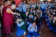 Его Святейшество Далай-лама с тибетскими школьниками накануне своего отъезда из монастыря Ташилунпо. Билакуппе, штат Карнатака, Индия. 1 января 2016 г. Фото: Тензин Чойджор (офис ЕСДЛ)