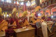 Старшие монахи читают молитвы во время молебна о долголетии Его Святейшества Далай-ламы. Билакуппе, штат Карнатака, Индия. 1 января 2016 г. Фото: Тензин Чойджор (офис ЕСДЛ)