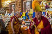 Его Святейшество Далай-лама у алтаря в храме в монастыре Ташилунпо. Билакуппе, штат Карнатака, Индия. 1 января 2016 г. Фото: Тензин Чойджор (офис ЕСДЛ)