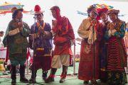 Выступление тибетских артистов на ступенях перед входом в зал собраний в монастыре Ташилунпо. Билакуппе, штат Карнатака, Индия. 1 января 2016 г. Фото: Тензин Чойджор (офис ЕСДЛ)