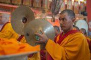 Мастер пения бьет в кимвалы во время подношения Его Святейшеству Далай-ламе молебна о долголетии. Билакуппе, штат Карнатака, Индия. 1 января 2016 г. Фото: Тензин Чойджор (офис ЕСДЛ)