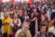 Участники церемонии почтительно приветствуют Его Святейшество Далай-ламу. Билакуппе, штат Карнатака, Индия. 1 января 2016 г. Фото: Тензин Чойджор (офис ЕСДЛ)