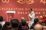 Бывший министр финансов Индии П. Чидамбарам поднимается на сцену, чтобы выступить с речью на встрече, посвященной прошедшему 80-летию Его Святейшества Далай-ламы. Дели, Индия. 4 января 2016 г. Фото: Тензин Чойджор (офис ЕСДЛ)