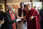 Бывший губернатор штата Сикким Б. П. Сингх и лауреат Нобелевской премии мира 2014 г. Кайлаш Сатьяртхи с Его Святейшеством Далай-ламой. Дели, Индия. 4 января 2016 г. Фото: Тензин Чойджор (офис ЕСДЛ)
