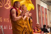 Монахи из монастыря Дрепунг Лоселинг читают молитву перед начало встречи, посвященной прошедшему 80-летию Его Святейшества Далай-ламы. Дели, Индия. 4 января 2016 г. Фото: Тензин Чойджор (офис ЕСДЛ)