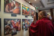 Его Святейшество Далай-лама рассматривает фотовыставку, подготовленную в честь его 80-летия. Дели, Индия. 4 января 2016 г. Фото: Тензин Чойджор (офис ЕСДЛ)
