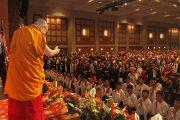 Его Святейшество Далай-лама приветствует аудиторию перед началом учений. Миннеаполис, штат Миннесота, США. 21 февраля 2016 г. Фото: Тензин Пунцок