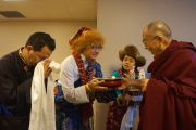 Тибетцы встречают своего духовного лидера традиционным подношением в конференц-центре Миннеаполиса перед началом учений. Миннеаполис, штат Миннесота, США. 21 февраля 2016 г. Фото: Джереми Рассел (офис ЕСДЛ)