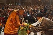 По окончанию учений Его Святейшеству Далай-ламе преподнесли букет цветов. Миннеаполис, штат Миннесота, США. 21 февраля 2016 г. Фото: Джереми Рассел (офис ЕСДЛ)