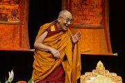 Его Святейшество Далай-лама приветствует аудиторию перед началом учений. Миннеаполис, штат Миннесота, США. 21 февраля 2016 г. Фото: Джереми Рассел (офис ЕСДЛ)
