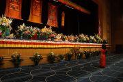 Его Святейшество Далай-лама общается с маленькой девочкой, которая подошла к сцене во время учений.