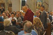 Его Святейшество Далай-лама приветствует сотрудников клиники Майо перед началом встречи. Рочестер, штат Миннесота, США. 29 февраля 2016 г. Фото: Джереми Рассел (офис ЕСДЛ)
