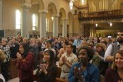 По завершении лекции слушатели благодарят Его Святейшество Далай-ламу за встречу. Рочестер, штат Миннесота, США. 29 февраля 2016 г. Фото: Джереми Рассел (офис ЕСДЛ)