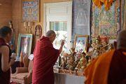 """Его Святейшество Далай-лама у алтаря геше Лхудруба Сопы в его резиденции в """"Оленьем парке"""". Орегон, штат Висконсин, США. 6 марта 2016 г. Фото: Шераб Лхацанг"""