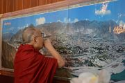 """Его Святейшество Далай-лама рассматривает панораму долины Лхасы в резиденции основателя """"Оленьего парка"""" геше Лхудруба Сопы. Орегон, штат Висконсин, США. 6 марта 2016 г. Фото: Шераб Лхацанг"""