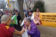 Его Святейшество Далай-лама приветствует своих почитателей у входа в Масонский центр перед началом учений. Мэдисон, штат Висконсин, США. 8 марта 2016 г. Фото: Джереми Рассел (офис ЕСДЛ)