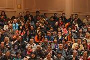 """Слушатели в зале во время учений Его Святейшества Далай-ламы по произведению геше Лангри Тангпы """"Восемь строф о преобразовании ума"""". Мэдисон, штат Висконсин, США. 8 марта 2016 г. Фото: Шераб Лхацанг"""