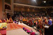 Дети исполняют тибетские народные песни на сцене Масонского центра перед началом учений Его Святейшества Далай-ламы. Мэдисон, штат Висконсин, США. 8 марта 2016 г. Фото: Шераб Лхацанг