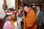 Местные тибетцы встречают Его Святейшество Далай-ламу традиционным подношением в Масонском центре перед началом учений. Мэдисон, штат Висконсин, США. 8 марта 2016 г. Фото: Шераб Лхацанг