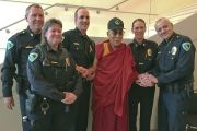 Его Святейшество Далай-лама с полицейскими, обеспечивавшими безопасность во время его визита в Мэдисон. Мэдисон, штат Висконсин, США. 9 марта 2016 г. Фото: досточтимый Тензин Джампхел