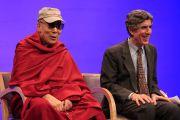 """Его Святейшество Далай-лама и Ричард Дэвидсон на дневной сессии встречи """"Мир, который мы строим"""". Мэдисон, штат Висконсин, США. 9 марта 2016 г. Фото: Дэррен Хаук"""