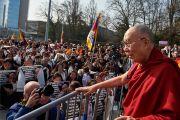 Его Святейшество Далай-лама приветствует трехтысячную толпу тибетцев и сторонников Тибета, собравшуюся на площади перед Дворцом Наций в Женеве. Женева, Швейцария. 11 марта 2016 г. Фото: Оливье Адам
