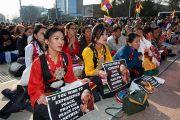 Некоторые трех тысяч тибетцев и друзей Тибета, собравшихся на площади перед Дворцом Наций в Женеве, чтобы послушать Его Святейшество Далай-ламу. Женева, Швейцария. 11 марта 2016 г. Фото: Оливье Адам