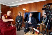 Его Святейшество Далай-лама беседует с журналистами. Женева, Швейцария. 11 марта 2016 г. Фото: Оливье Адам