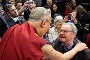 Его Святейшество Далай-лама общается с людьми в зале после встречи лауреатов Нобелевской премии мира. Женева, Швейцария. 11 марта 2016 г. Фото: Оливье Адам