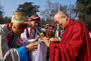 Тибетцы встречают Его Святейшество Далай-ламу традиционным подношением у Дворца Наций в Женеве. Женева, Швейцария. 11 марта 2016 г. Фото: Оливье Адам