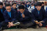 Чтение молитв в начале торжественной церемонии по случаю 100-летия Института тибетской медицины и астрологии (Менциканг). Дхарамсала, Индия. 23 марта 2016 г. Фото: Тензин Чойджор (офис ЕСДЛ)