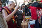 Во дворе главного тибетского храма Его Святейшество Далай-ламу встречают традиционными подношениями. Дхарамсала, Индия. 23 марта 2016 г. Фото: Тензин Чойджор (офис ЕСДЛ)