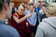 Его Святейшество Далай-лама встречается с членами английской женской сборной по крикету в своей резиденции. Дхарамсала, Индия. 23 марта 2016 г. Фото: Тензин Чойджор (офис ЕСДЛ)