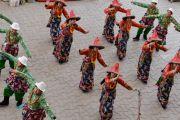 Ансамбль сотрудников Менциканга исполняет тибетские народные танцы на праздновании 100-летия Института. Дхарамсала, Индия. 23 марта 2016 г. Фото: Тензин Чойджор (офис ЕСДЛ)