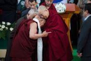 Его Святейшество Далай-лама и Еше Дхонден, основатель Института тибетской медицины и астрологии в Дхарамсале, на церемонии по случаю 100-летия Менциканга. Дхарамсала, Индия. 23 марта 2016 г. Фото: Тензин Чойджор (офис ЕСДЛ)