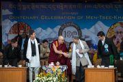 Его Святейшество Далай-лама благодарит министра лесного хозяйства штата Химачал-Прадеш Шри Такура Сингха Бнармури за его речь на праздничной церемонии по случаю 100-летия Института тибетской медицины и астрологии (Менциканг). Дхарамсала, Индия. 23 марта 2016 г. Фото: Тензин Чойджор (офис ЕСДЛ)