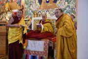 Его Святейшество Далай-лама и старшие монахи выбирают монашеские имена для монахов, принимающих обеты послушников. Дхарамсала, Индия. 25 марта 2016 г. Фото: Тензин Дамчо (офис ЕСДЛ)
