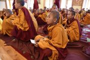 Молодой монах держит карточку со своим новым именем во время церемонии дарования монашеских обетов. Дхарамсала, Индия. 25 марта 2016 г. Фото: Тензин Дамчо (офис ЕСДЛ)