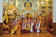 Его Святейшество Далай-лама и монахи, принявшие полные монашеские обеты. Дхарамсала, Индия. 29 марта 2016 г. Фото: Тензин Дамчо (офис ЕСДЛ)